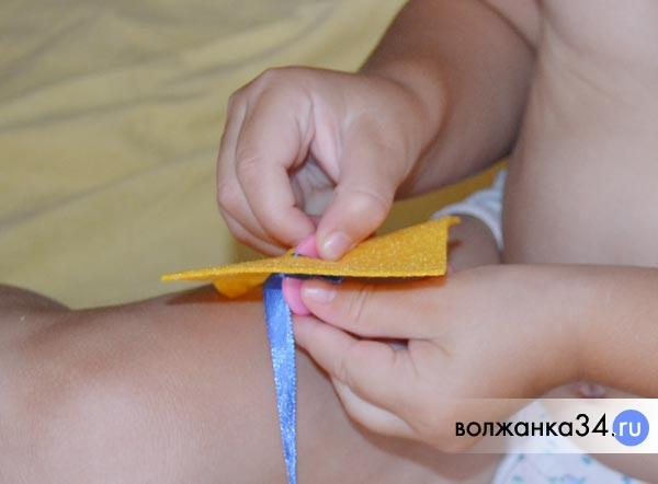 Ребенок играет тренируется застегивать пуговицы