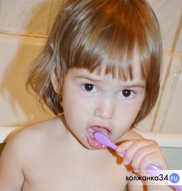 Ребенок учится чистить зубы