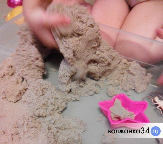 Кинетический песок в руке - свойства