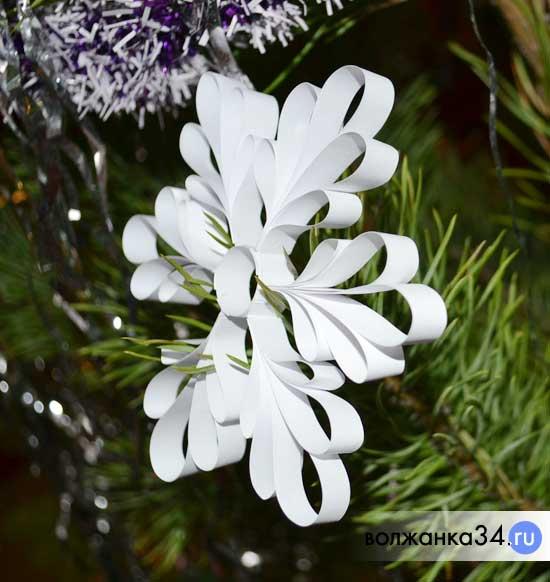 Объемная снежинка из бумаги на елке